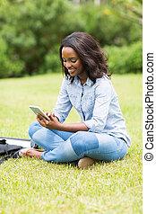 femininas, telefone móvel, americano, estudante universitário, africano, usando