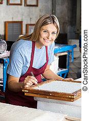 femininas, trabalhador, limpeza, papel, com, pinça