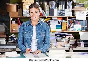 femininas, trabalhador, segurando, cortador, tabela