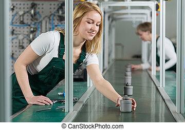 femininas, trabalhadores linha montagem