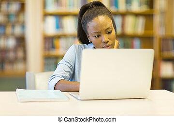 femininas, universidade, americano, estudante, usando, afro, laptop