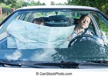 femme, à, a, carte, dans voiture