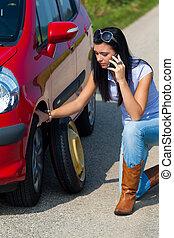 femme, à, a, pneu plat, dans voiture