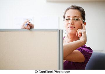 femme, à, bureau, dans, vêtements occasionnels
