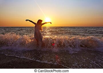 femme, à, coucher soleil