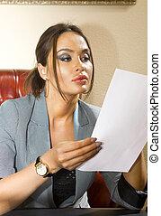 femme, à, feuille papier