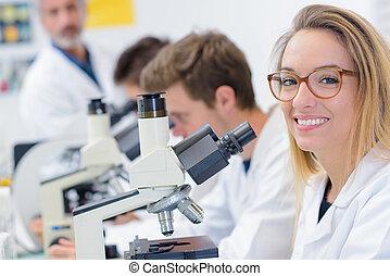 femme, à, microscope