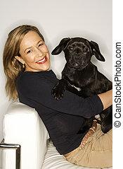 femme, à, noir, puppy.