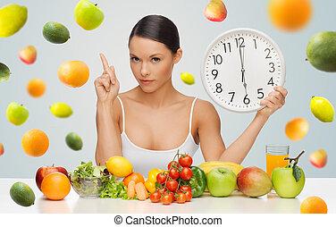 femme, à, nourriture saine, et, horloge, avertissement