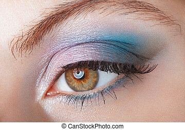 femme, à, oeil bleu, smokey, grimer
