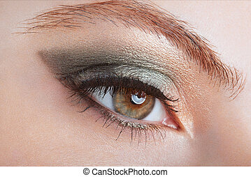 femme, à, oeil vert, smokey, grimer