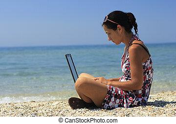 femme, à, ordinateur portable, plage