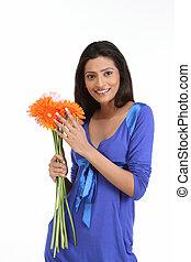 femme, à, pâquerette, fleurs