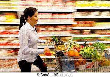 femme, à, panier provisions, dans, les, supermarché
