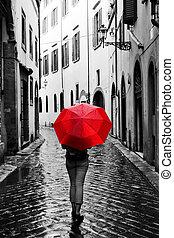 femme, à, parapluie rouge, sur, retro, rue, dans, les, vieux, town., vent, et, pluie