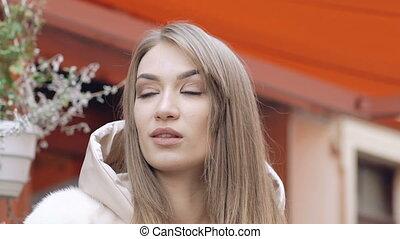 femme, à poil, côté, poser, regarde, manteau, lentement, passionné