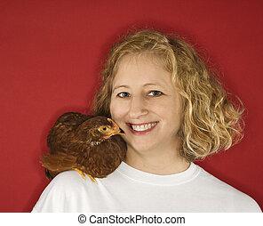 femme, à, poulet, sur, shoulder.