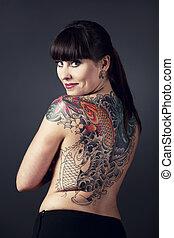 femme, à, tatouages