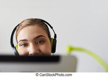 femme, à, vert, écouteurs, écoute, podcast, musique, sur, pc tablette