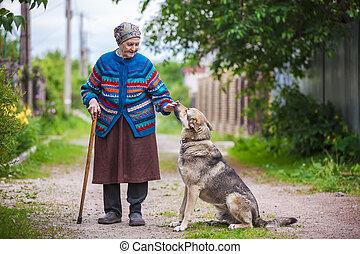 femme âgée, à, a, chien