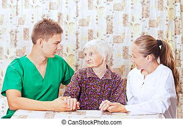 femme âgée, à, les, jeune docteur
