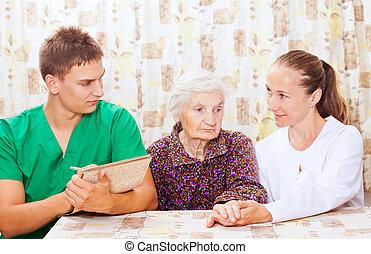 femme âgée, à, les, jeune, médecins
