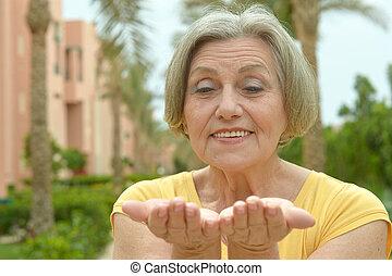 femme âgée, à, recours