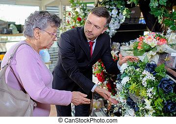 femme âgée, choisir, a, bouquet