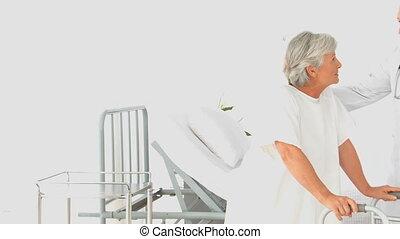 femme âgée, conversation, docteur