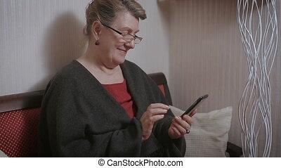 femme âgée, dactylographie, sur, les, smartphone.
