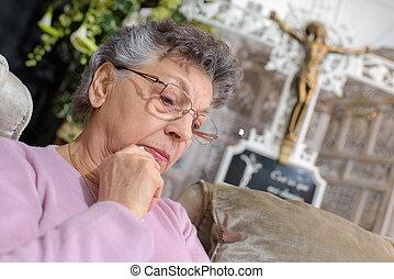femme âgée, devant, crucifix