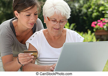 femme âgée, faire, achats, sur, internet