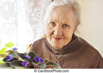 femme âgée, fleur