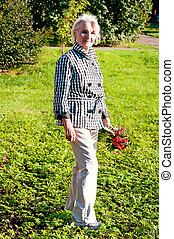 femme âgée, marche, tenant mains, rowan