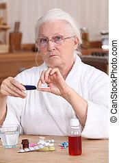 femme âgée, prendre, elle, médicament