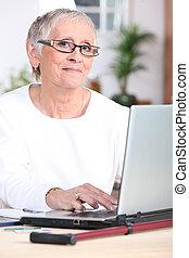 femme âgée, sur, ordinateur portable