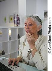 femme âgée, surfer internet