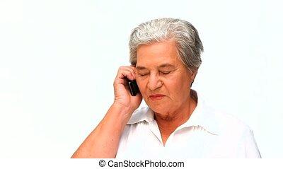 femme âgée, téléphoner