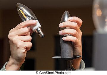 femme, économie, lumière, énergie, lampe, changer, closeup, ampoule