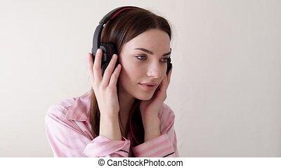femme, écouteurs, danses, musique, pyjamas, mensonge