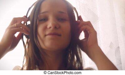 femme, écouteurs, day., ensoleillé, jeune, écoute, musique, lumière soleil, beau