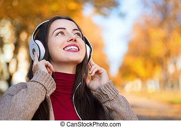 femme, écouteurs, parc, automne, portrait, heureux