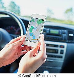 femme, écran, chauffeur, téléphone, tenant mains, navigateur