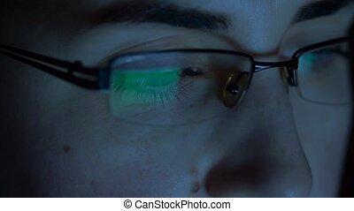 femme, écran, haut, regarder, fin, lunettes
