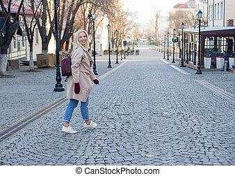 femme, élégant, manteau, marche, gants, rue, blonds, extérieur, cheveux, magnifique