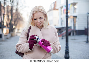 femme, élégant, manteau, marche, gants, rue, blonds, thé, extérieur, thermos, cheveux, magnifique