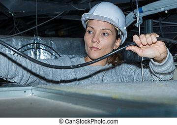 femme, électricien, vérification, a, fil