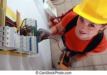 femme, électricien, vérification, boîteà fusibles