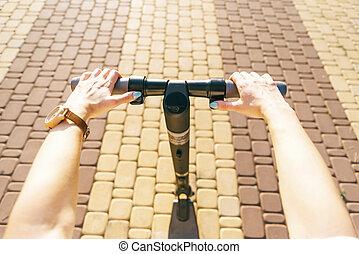 femme, électrique, point, scooter, rue, équitation, vue.
