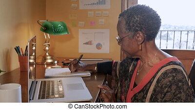 femme, éloigné, bureau, elle, écriture, cahier, noir, mûrir, maison, ou